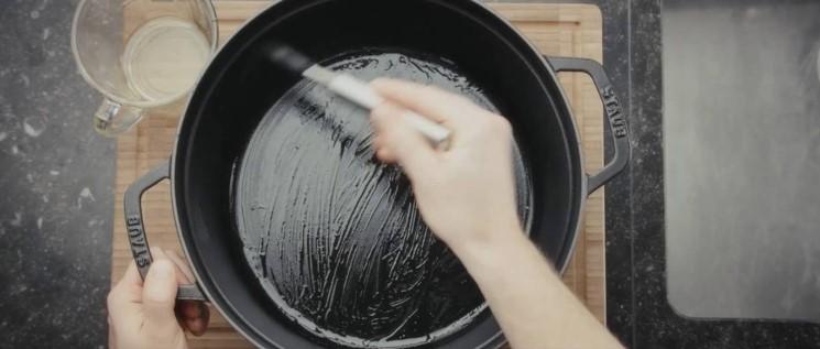 culotter une cocotte en fonte